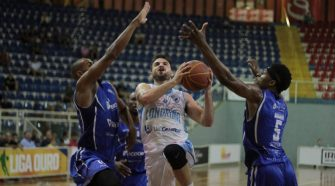 Stefano, do Londrina, e Monroe, do Unifacisa(Robson Vilela/Londrina Unicesumar Basketball)