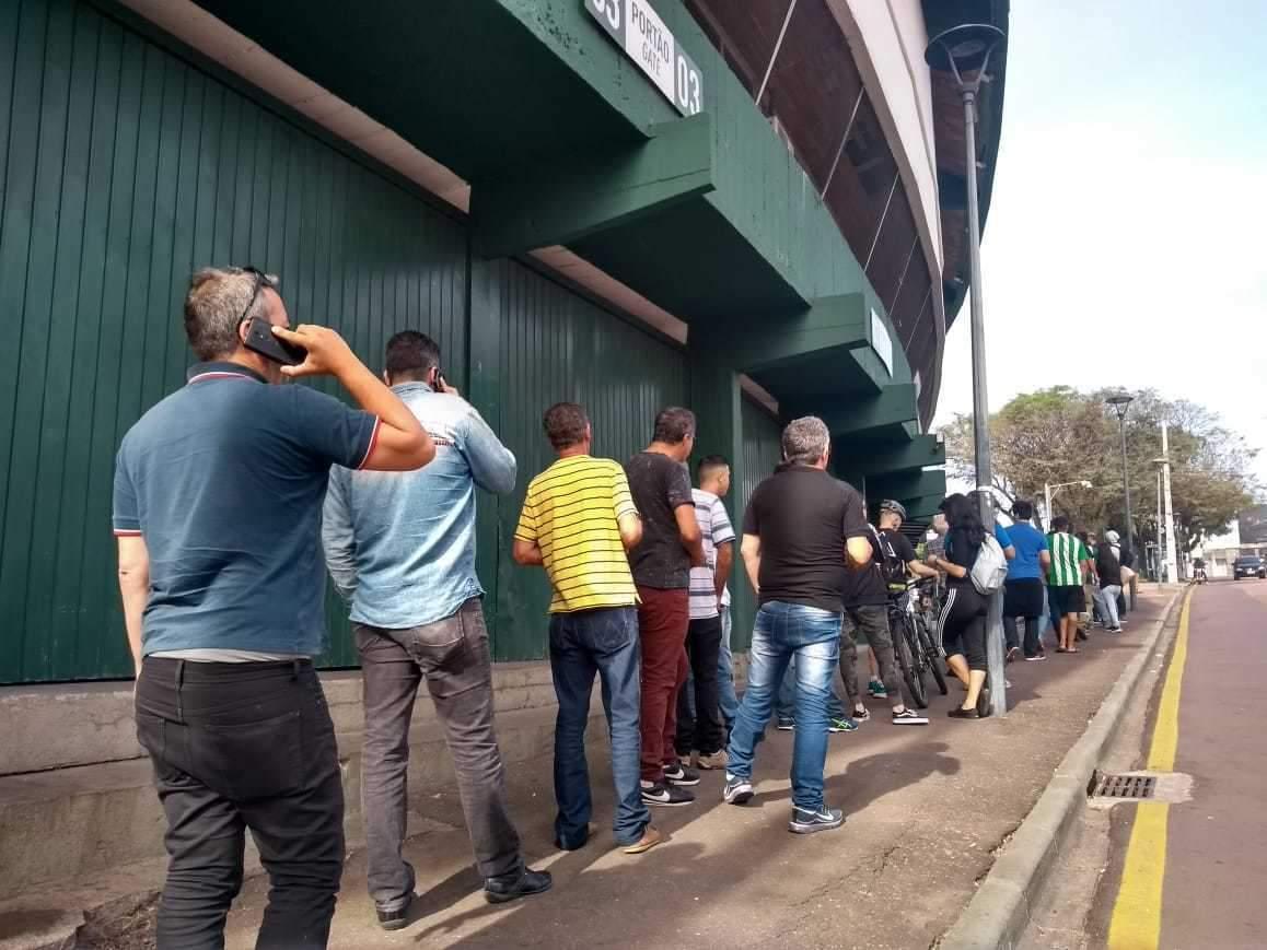 Fila de torcedores para compra de ingressos (divulgação/Coritiba)