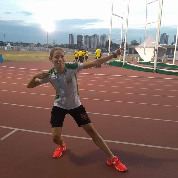 Pâmela, na pista de atletismo, faz o raio do Usain Bolt (arquivo pessoal da atleta)
