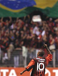 Fernandinho marcou o segundo do Atlético na Arena (divulgação)
